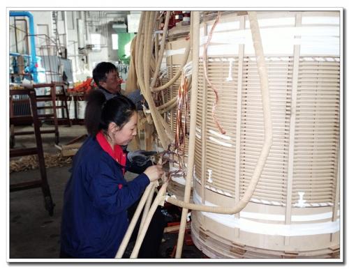 质检员认真检查66KV级SZ11-12500有载调压变压器高压引线焊接质量