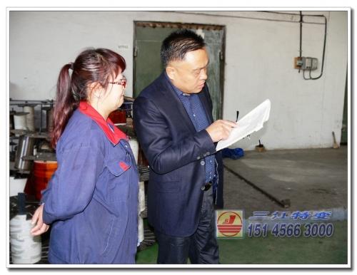 董事长赵立贤在生产车间查看记录数据